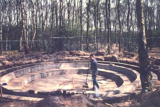 De kampvuurcirkel in het Radboudbos in aanbouw